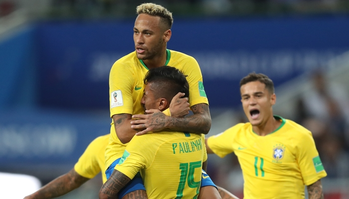 Neymar e Paulinho se abraçam durante vitória do Brasil sobre a Sérvia na Copa da Rússia (Foto: Lucas Figueiredo/CBF)