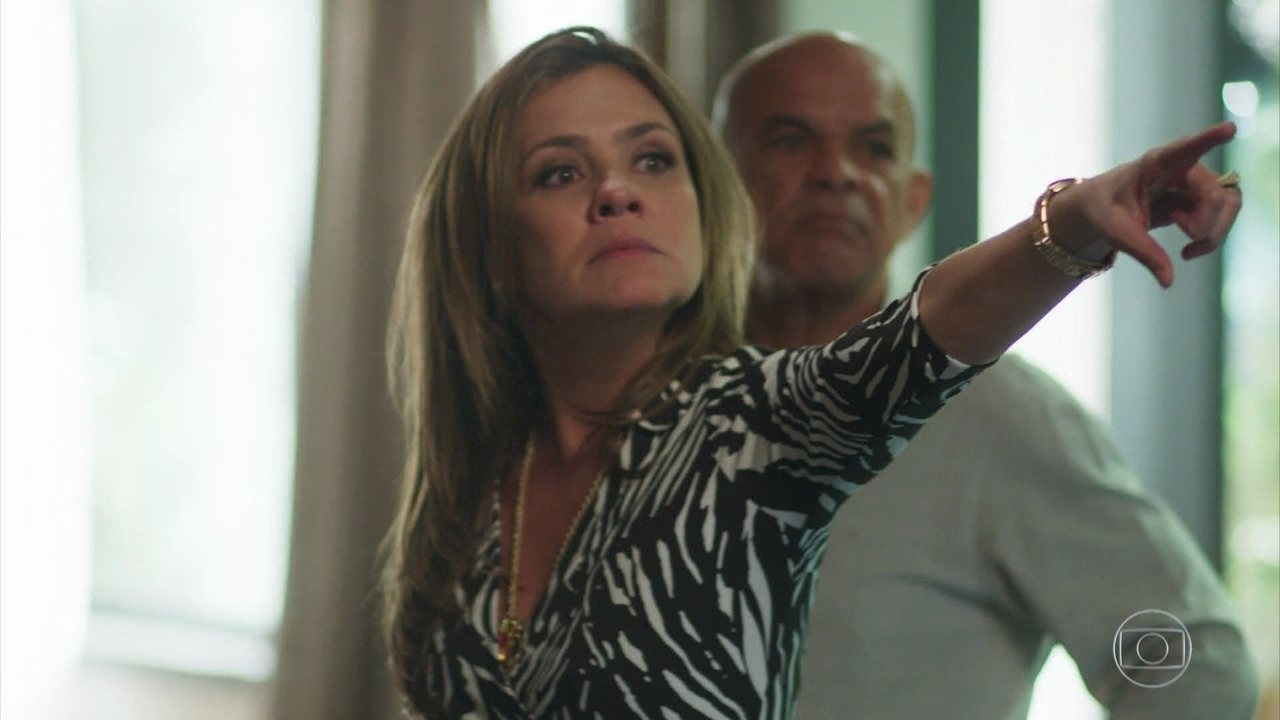 Laureta (Adriana Esteves) e Galdino (Narcival Rubens) em Segundo Sol (Foto: Reprodução/Globo)