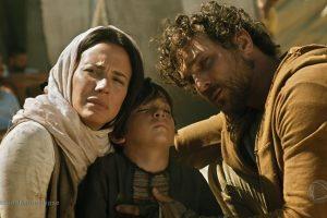 Zoe (Juliana Knust) e Benjamin (Igor Rickli) em cena do último capítulo deApocalipse (Foto: Reprodução/Record)