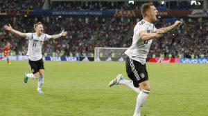 Kroos e Reus comemoram gol que tirou a Alemanha do sufoco (Foto: Divulgação)