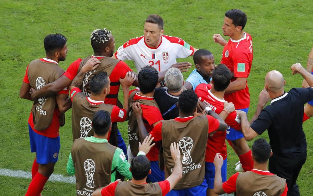 Árbitro tenta controlar a confusão entre Matic e auxiliar Luis Marin, da Costa Rica na Copa do Mundo (Foto: Agência AP)