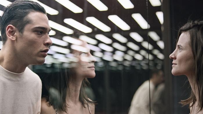 Bruno Fagundes e Bianca Comparato em cena da 2ª temporada da série 3% (Foto: Divulgação/Netflix)
