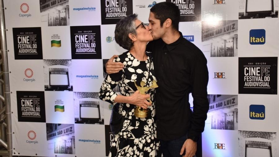 Gabriel Leone deu selinho em Cassia Kiss (Foto: Felipe Souto Maior/AgNews)