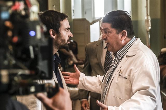 Bastidor de cena com Julio Andrade e Stepan Nercessian (Foto: Globo/Mauricio Fidalgo)