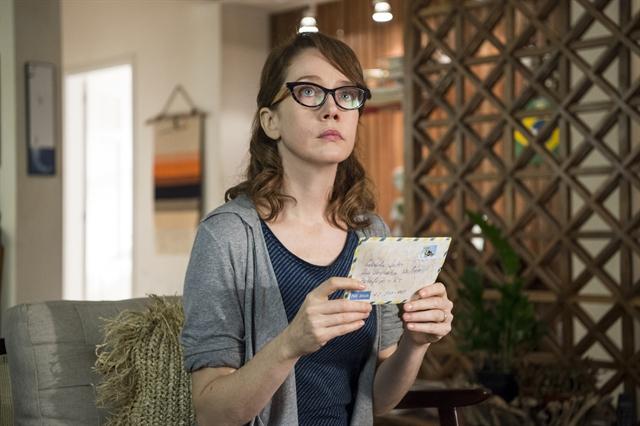 Gabriela (Camila Morgado) olhando a carta em cena de Malhação: Vidas Brasileiras (Foto: Globo/Estevam Avellar)