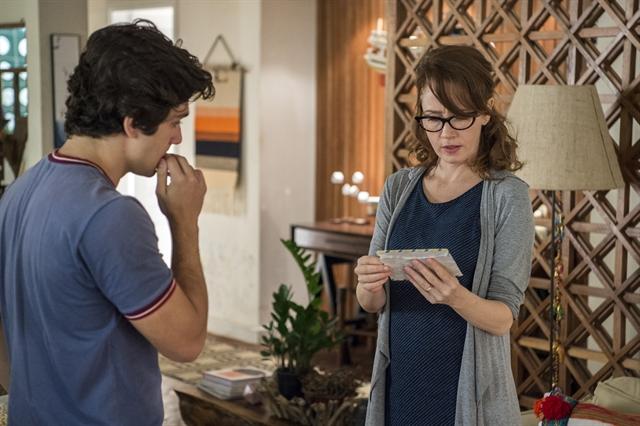 Alex (Daniel Rangel) entrega carta para a mãe (Foto: Globo/Estevam Avellar)