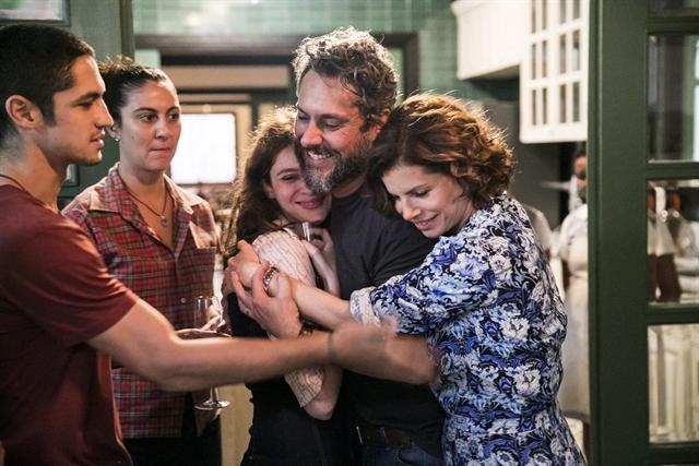 Pedro (Alexandre Nero) comemora saída da prisão em Onde Nascem os Fortes (Foto: Globo/João Miguel Júnior)