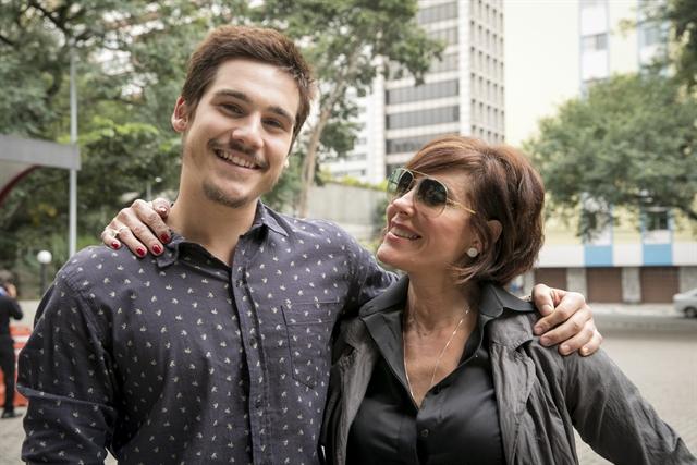 Samuca (Nicolas Prattes) e Carmen (Christiane Torloni) em O Tempo Não Para (Foto: Globo/João Miguel Júnior)
