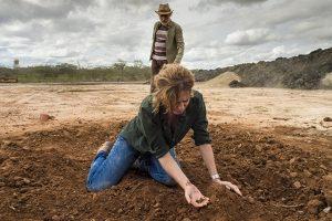 Cássia (Patricia Pillar) encontra o corpo de Nonato (Marco Pigossi) em Onde Nascem os Fortes (Foto: Globo/Estevam Avellar)