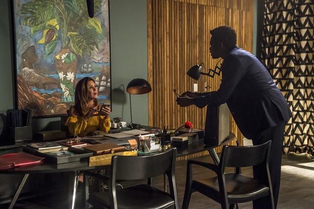 Laureta (Adriana Esteves) entrega um pen drive para Roberval (Fabrício Boliveira) (Foto: Globo/João Cotta)