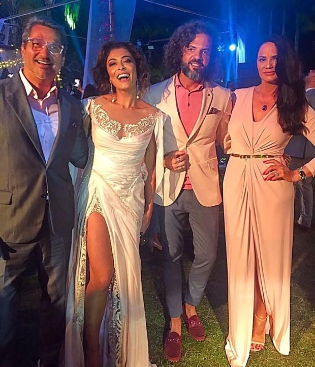 Juliana Paes com vestido branco/nude que deu o que falar no casamento de Isis Valverde (Foto reprodução)