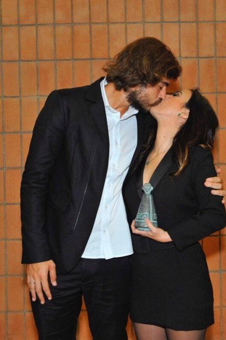 Que amor! Rafael Vitti tasca beijão em Tata Werneck durante premiação (Foto: Divulgação)