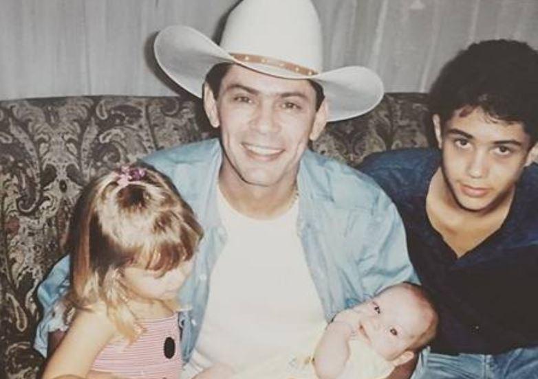 O sertanejo Leandro com três dos quatro filhos (Foto: Arquivo Pessoal)
