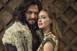 Afonso (Romulo Estrela) e Amália (Marina Ruy Barbosa) no casamento em Deus Salve o Rei (Foto: Globo/Estevam Avellar)