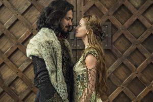 Afonso (Romulo Estrela) e Amália (Marina Ruy Barbosa) em cena do casamento em Deus Salve o Rei (Foto: Globo/Estevam Avellar)