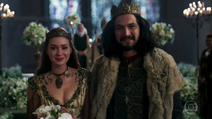 Amália (Marina Ruy Barbosa) e Afonso (Romulo Estrela) em cena do último capítulo de Deus Salve o Rei (Foto: Reprodução/Globo)
