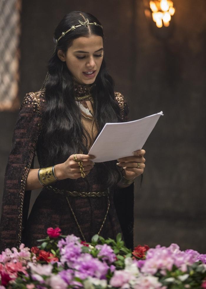 Bruna Marquezine estuda o texto nos bastidores de Deus Salve o Rei (Foto: Artur Meninea/Globo)