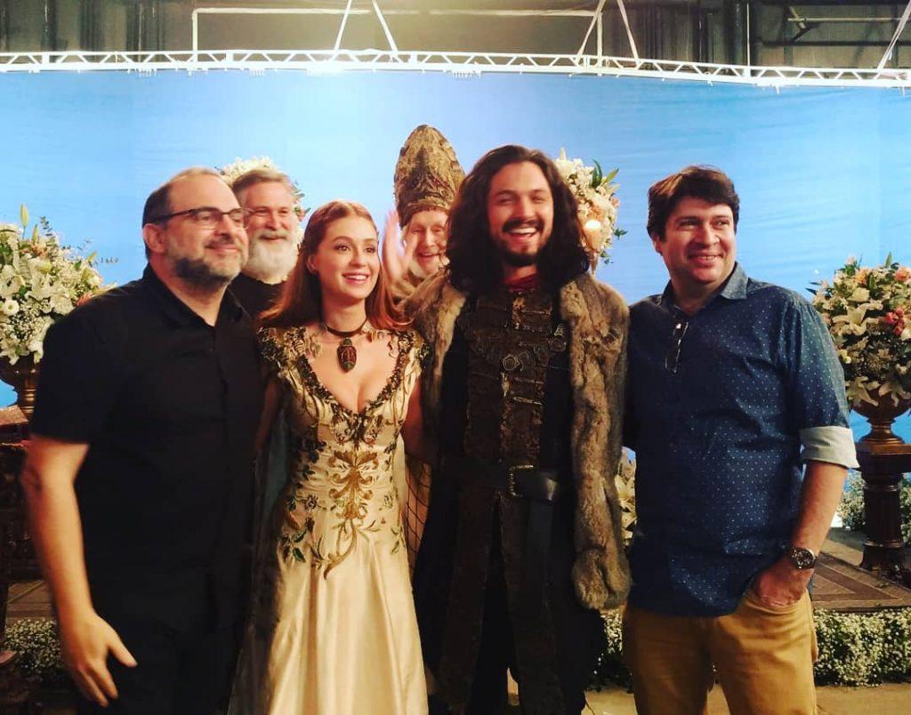 Fabrício Mamberti, Daniel Adjafre, Marina Ruy Barbosa e Romulo Estrela nos bastidores de Deus Salve o Rei (Foto: Reprodução)
