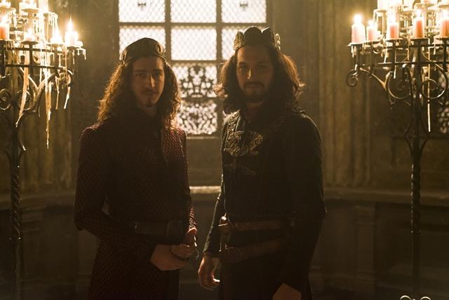 Rodolfo (Johnny Massaro) e Afonso (Romulo Estrela) em Deus Salve o Rei (Foto: Globo/Cesar Alves)
