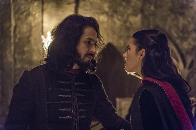 Catarina (Bruna Marquezine) é desmascarada por Afonso(Romulo Estrela) em Deus Salve o Rei (Foto: Globo/Paulo Belote)