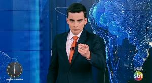 Dudu Camargo é um dos apresentadores do Primeiro Impacto, telejornal do SBT. (Foto: Reprodução)