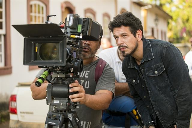 João Vicente de Castro, como Alain, nos bastidores de gravação de Espelho da Vida (Foto: Globo/João Miguel Júnior)
