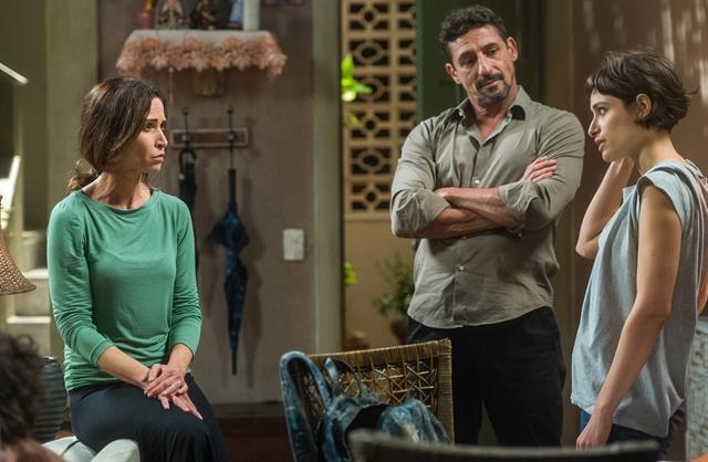 Fátima (Ingra Lyberato), Juarez (Tuca Andrada) e Manu (Luisa Arraes) em Segundo Sol (Foto: Globo/Raquel Cunha)