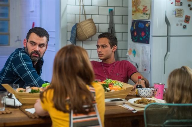 Rafael (Carmo Dalla Vecchia) eMárcio (André Luiz Frambach) no jantar com a família reunida em Malhação (Foto: Globo/Raquel Cunha)
