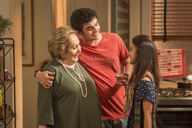Janete (Aracy Balabanian), Kavaco (Gabriel Contente) e Amanda (Pally Siqueira) (Foto: Globo/João Cotta)