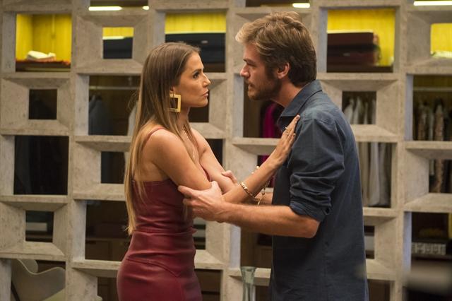 Beto (Emilio Dantas) se desculpa com Karola (Deborah Secco) em Segundo Sol (Foto: Globo/João Cotta)