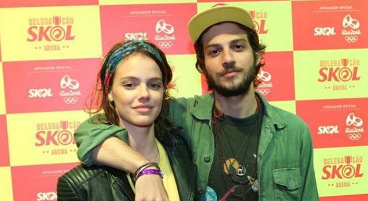 Os atores da Globo, Chay Suede e Laura Neiva tiveram vida íntima exposta e sexo do bebê do casal é revelado (Foto: Divulgação)