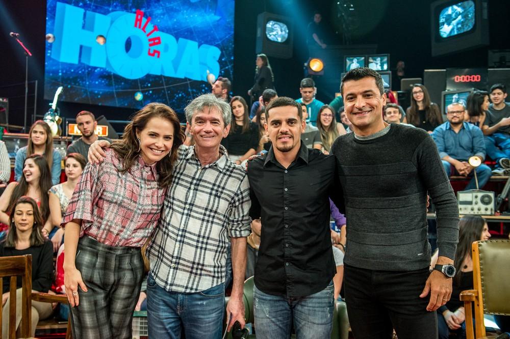 Letícia participa do 'Altas Horas' ao lado de Fagner, Sandro Mera Ricci e Serginho (Foto: Fábio Rocha/TV Globo)