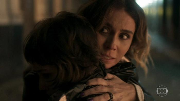 Luzia (Giovanna Antonelli) e Manu (Luisa Arraes) em cena de Segundo Sol (Foto: Reprodução/Globo)