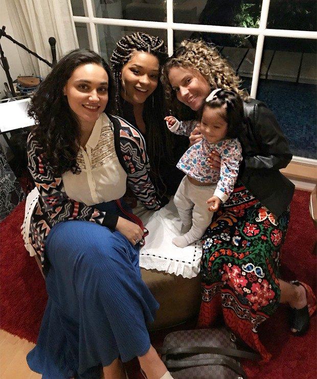 Débora Nascimento com Juliana Alves, a filha Yolanda, e Maíra Charken (Foto: Reprodução/Instagram)