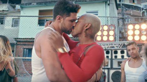 Nego do Borel beija modelo em clipe da música Me Solta (Foto: Reprodução)