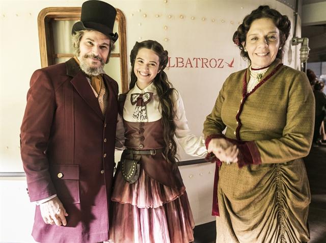 Dom Sabino (Edson Celulari), Marocas (Juliana Paiva) e Agustina (Rosi Campos) no Albatroz (Foto: Globo/João Miguel Júnior)