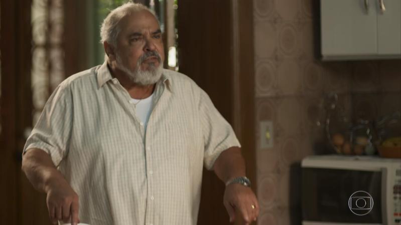 Agenor (Roberto Bonfim)em cena de Segundo Sol (Foto: Reprodução/Globo)