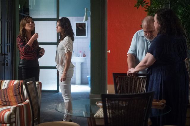 Laureta (Adriana Esteves) revela que Rosa (Leticia Colin) é prostituta em Segundo Sol (Foto: Globo/Raquel Cunha)