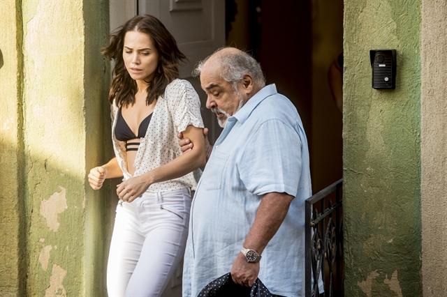 Rosa (Leticia Colin) é expulsa de casa por Agenor (Roberto Bonfim) em Segundo Sol (Foto: Globo/João Cotta)