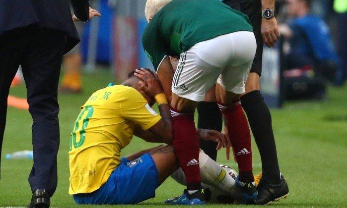 Layun pisando no tornozelo de Neymar durante a partida das oitavas de final (Foto: Reprodução)