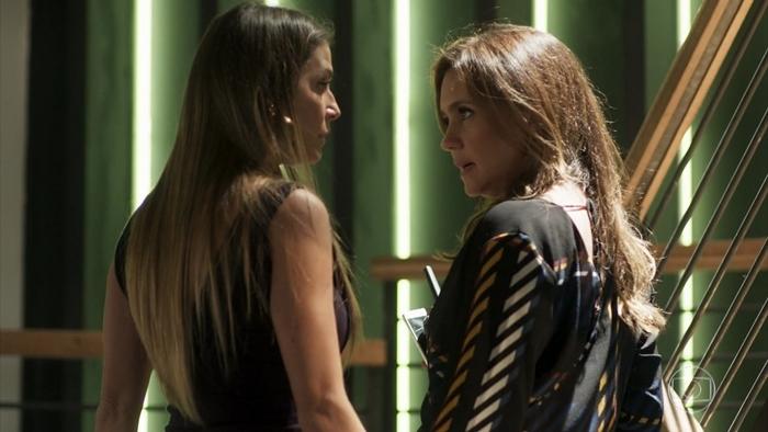 Karola (Deborah Secco) eLaureta (Adriana Esteves) em cena de Segundo Sol (Foto: Reprodução/Globo)