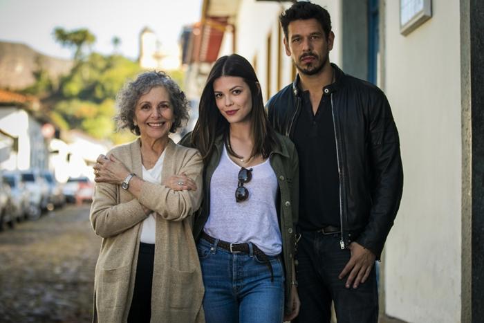 Margot (Irene Ravache), Cris (Vitória Strada) e Alain (João Vicente de Castro) em Espelho da Vida (Foto: Globo/João Miguel Junior)