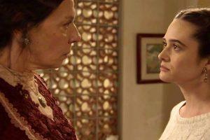 Dona Agustina (Rosi Campos) e Marocas (Juliana Paiva) em cena de O Tempo Não Para (Foto: Divulgação/Globo)