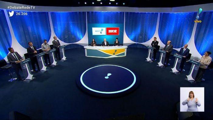 Cenário, mediadores e candidatos no Debate da RedeTV! (Foto: Reprodução/RedeTV!)