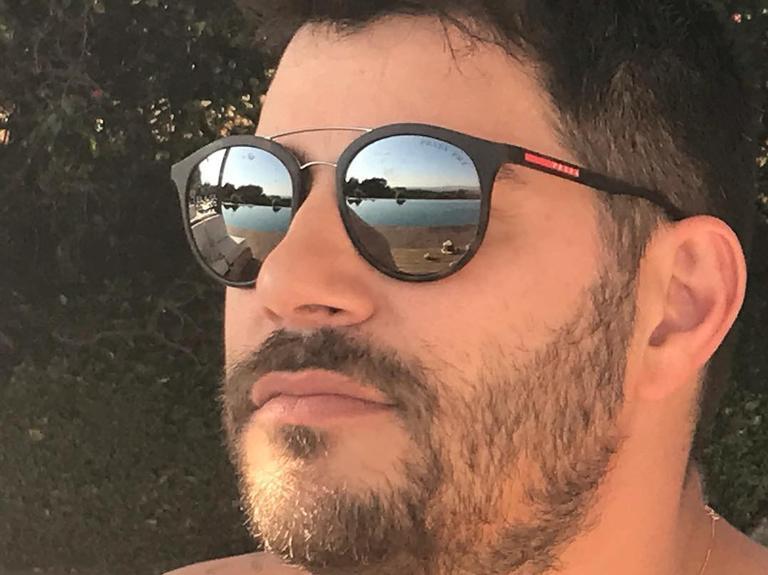 Evaristo Costa atualmente mora em Londres e anunciou recentemente o seu retorno à TV; em sua rede social ele exibiu ternos exóticos (Foto: Reprodução/Instagram)