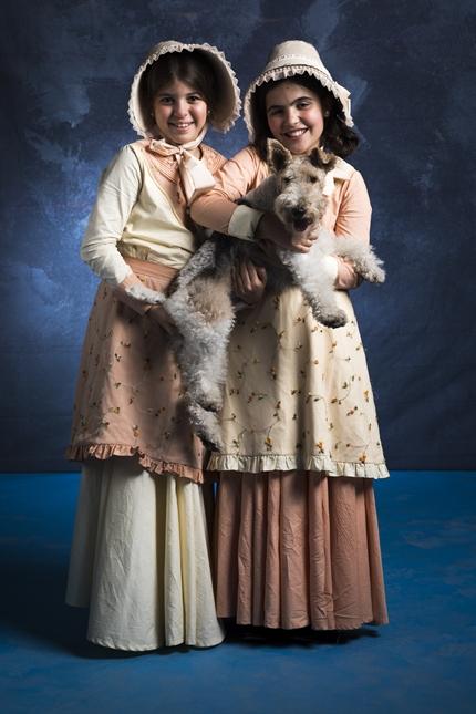 Kiki (Natalia Rodrigues ) e Nico (Raphaela Alvitos) com o fox terrier Pirata (Nietzsche) (Foto: Globo/João Miguel Júnior)