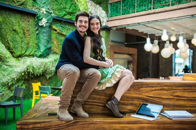 Samuca (Nicolas Prattes) e Marocas (Juliana Paiva) em O Tempo Não Para (Foto: Globo/Raquel Cunha)