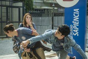 Tito (Tom Karabachian) e Hugo (Leonardo Bittencourt) brigam em Malhação (Foto: Globo/Raquel Cunha)