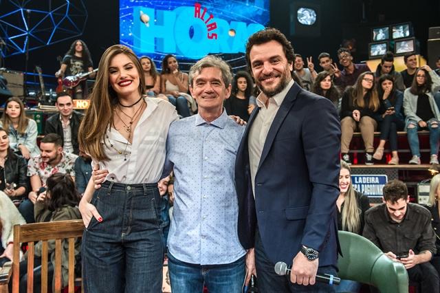 Camila Queiroz, Serginho Groisman e Rodrigo Lombardi no Altas Horas (Foto: Globo/Fábio Rocha)