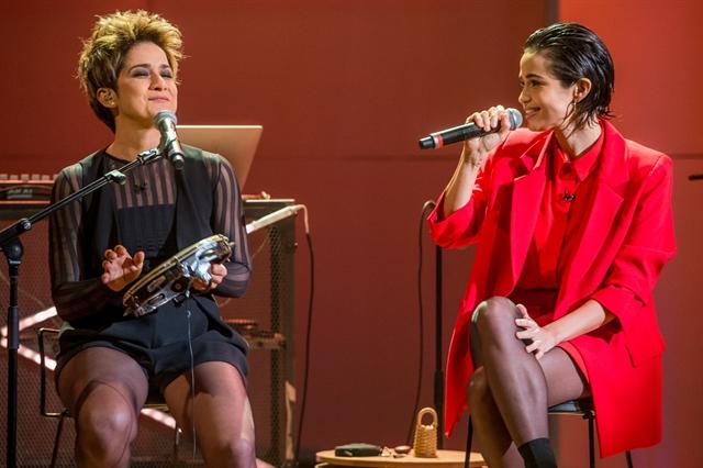 A percursionista Lan Lanh e a atriz Nanda Costa no Conversa com Bial (Foto: Globo/Fábio Rocha)